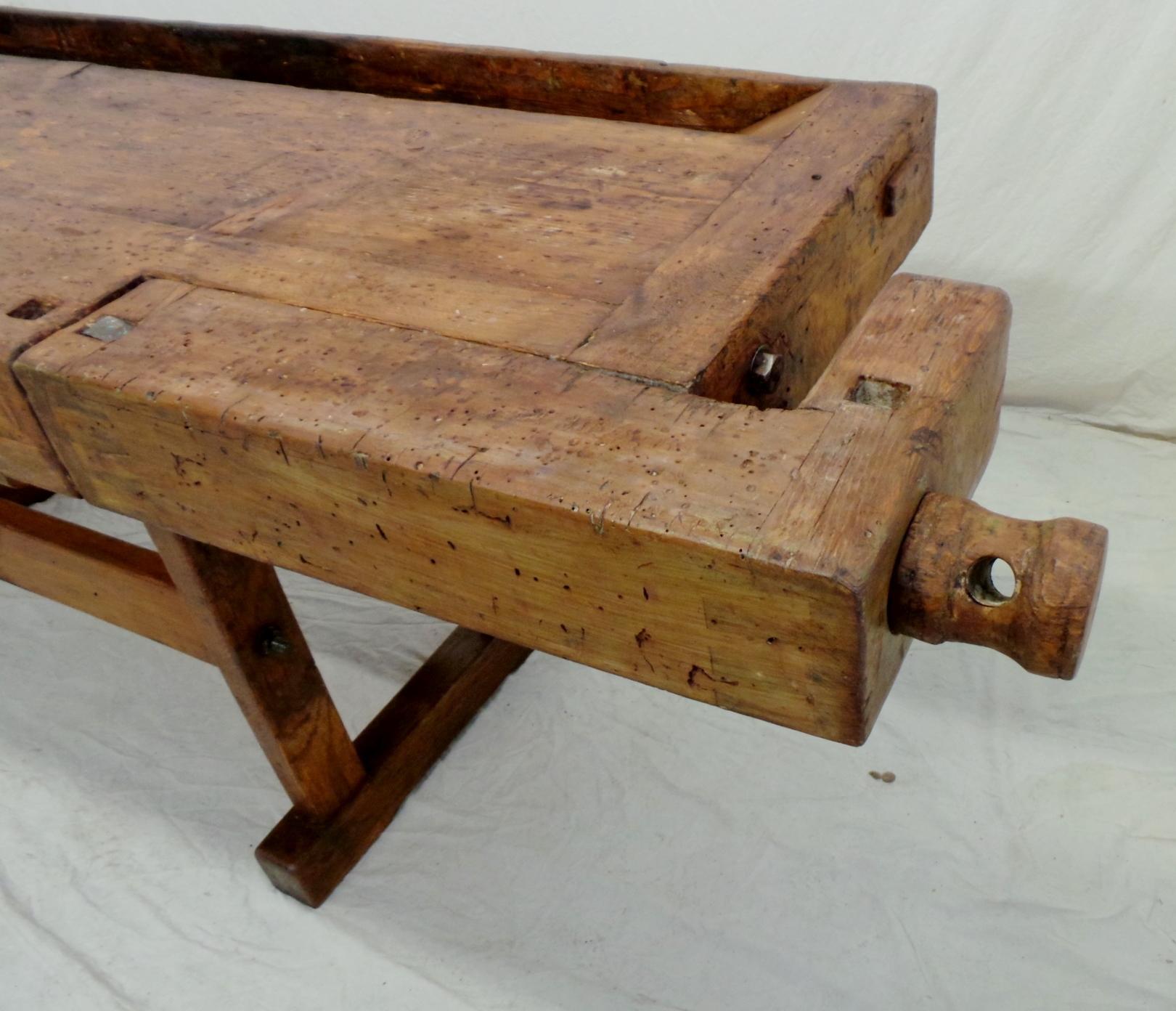 vecchio-banco-da-falegname-viti-e-morse-in-legno-dettaglio-morsa